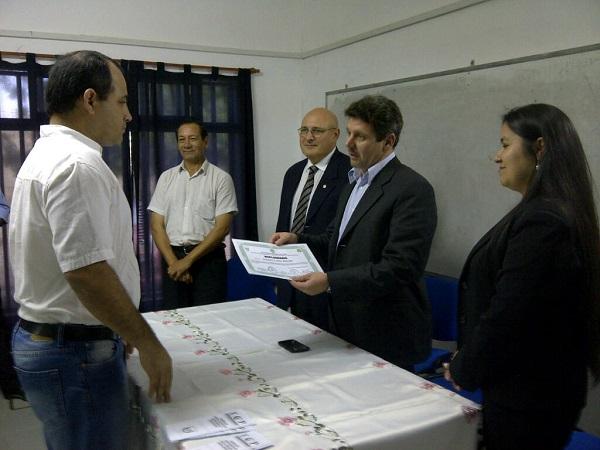 el-decano-kiernyezny-rovate-entrega-un-certificado