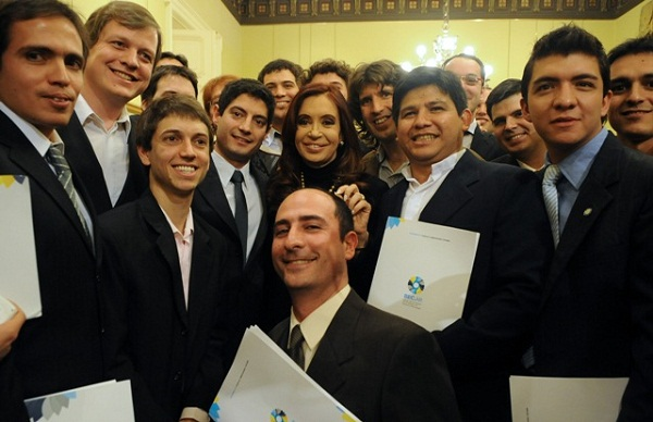 La presidenta Cristina Kirchner con becarios