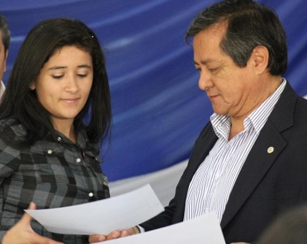 El rector de la UNaF entrega un certificado