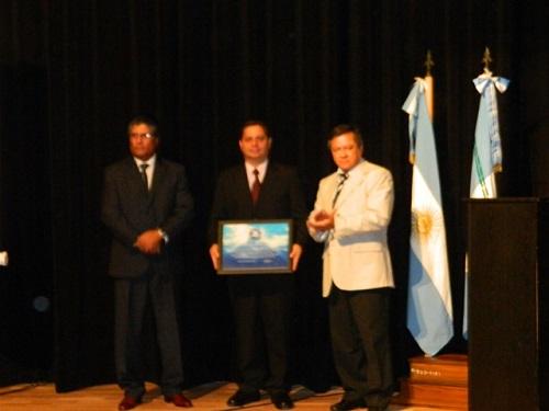 Entrega de certificado al doctor Galván