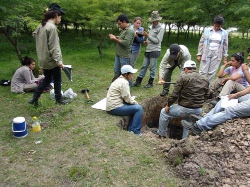 Docente y estudiantes realizan el estudio del suelo