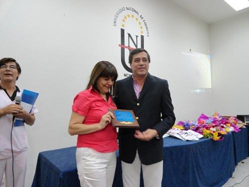 Reconocimiento a la licenciada Molina en manos de Décima