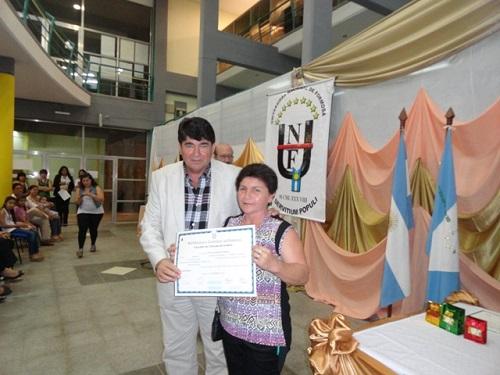 El decano de Recursos Naturales entrega un certificado