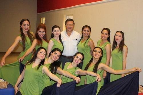 El rector Martín Romano con bailarinas de Danza Contemporánea
