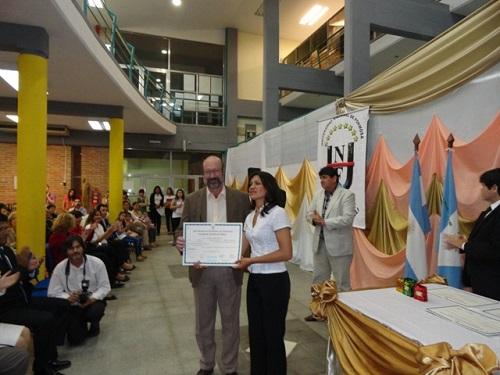 Entrega un certificado el decano de Humanidades