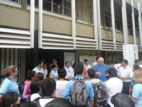 Roberto Greca, director de Ing. Forestal, habla con los jóvenes
